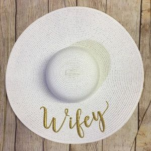 White Sun Hat Embroidered With Gold Wifey